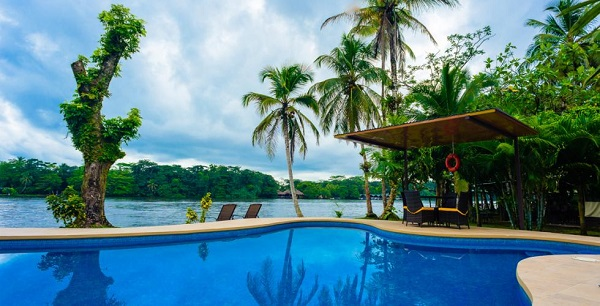 Séjour de luxe ou haut de gamme, la piscine de l'hotel Manatus a Tortuguero, Cote caraibe du Costa Rica