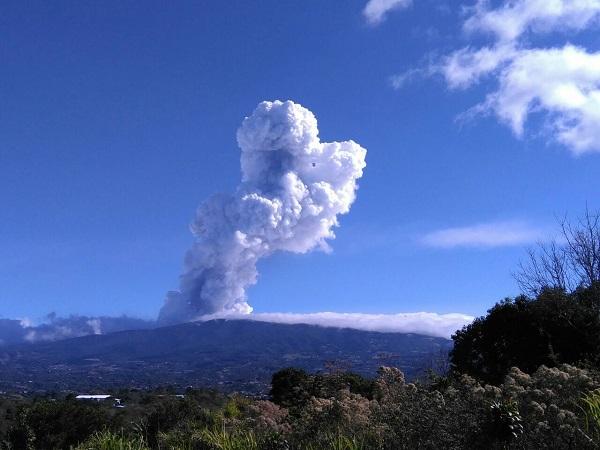 Volcan Poas en eruption
