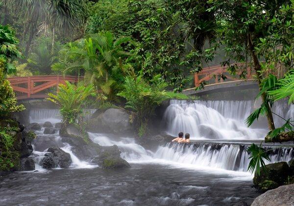 Les sources chaudes du Rio Tabacon au volcan Arenal, découvrir le Costa Rica, voyager au Costa Rica